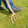 芝生のエアレーションとは?穴あけの間隔や時期など、やり方のポイントを解説!